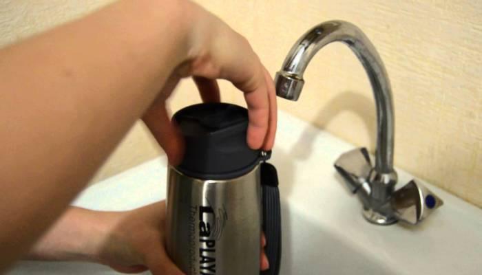 Мытье колбы термоса под краном