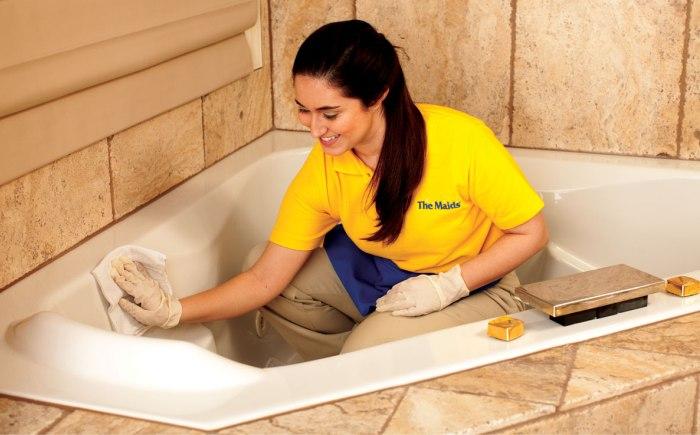 Уборка и мытье комнаты для водных процедур