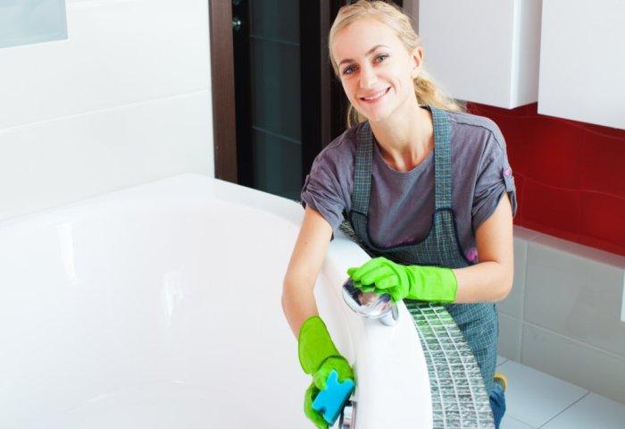 Мытье ванны домохозяйкой