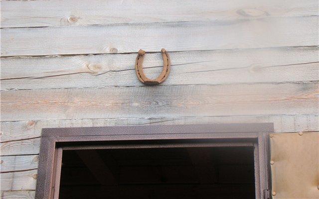 Амулет повешен снаружи над дверью