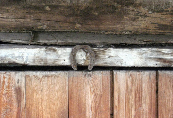 Старая подкова на старом доме