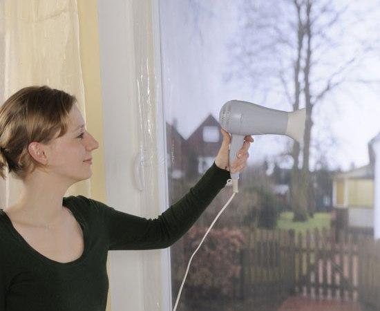 Монтаж пленки для сохранения в доме тепла
