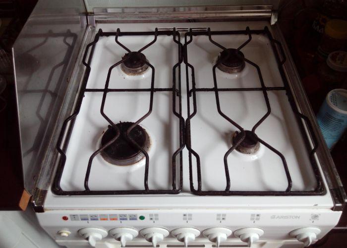 Готовая к работе, чистая газовая плита на кухне
