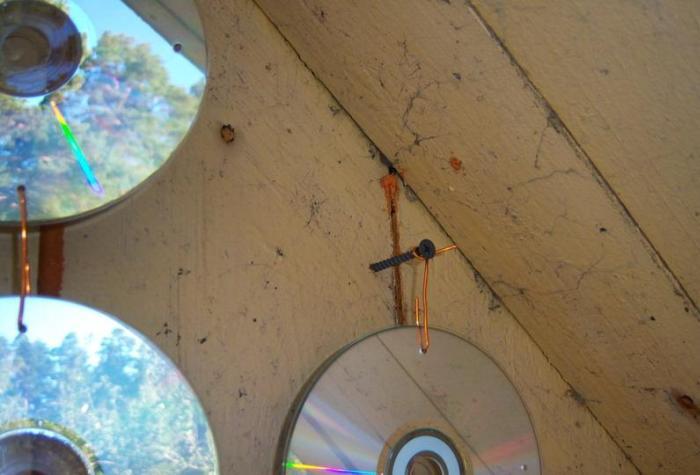 Музыкальные диски подвешены на балконе