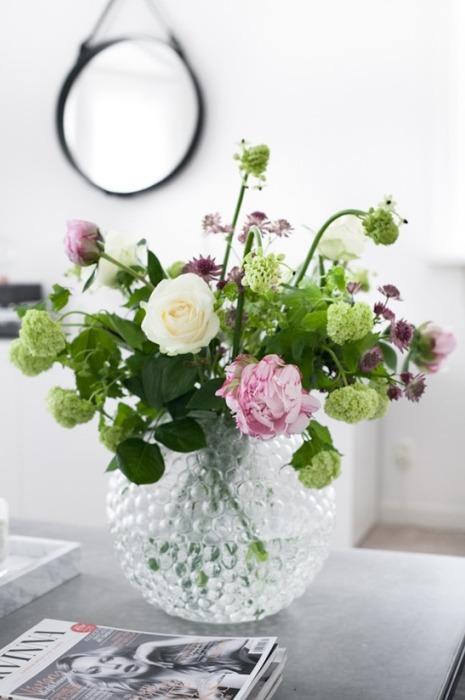 Живые цветы в красивой вазе
