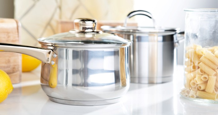 Посуда на кухне блестит чистотой