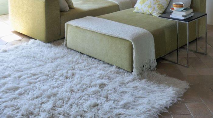 Белый, мягкий ковер на полу