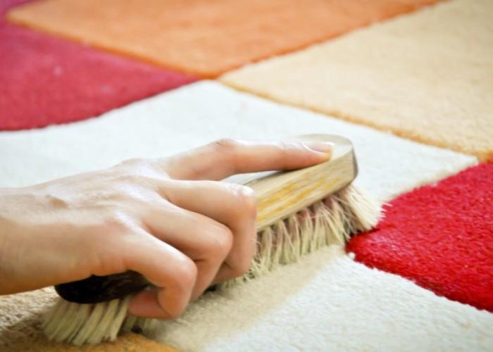Чистка щеткой коврового покрытия