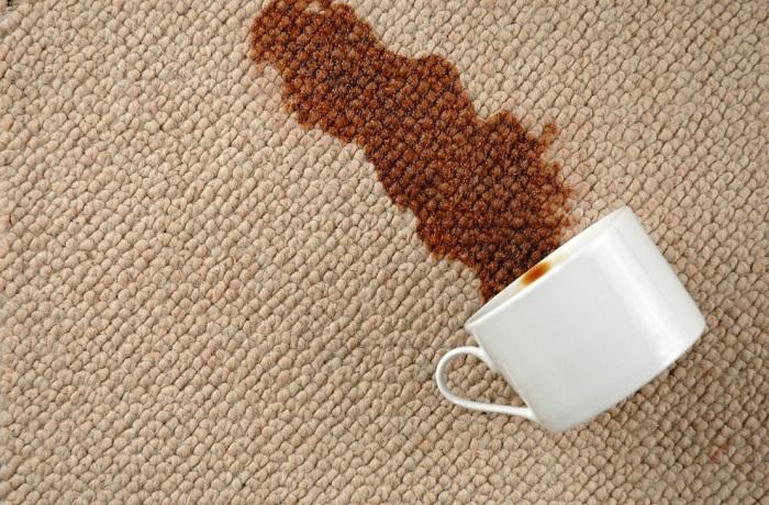 Нелепая ситуация с разлитым кофе