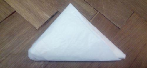 Небольшой пакет в виде белого треугольника