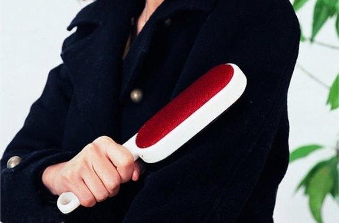 Чистка верхней одежды щеткой