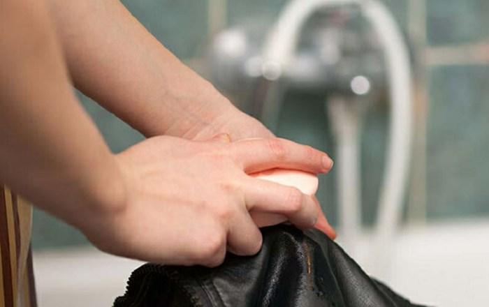 Удаление пятен с куртки мылом