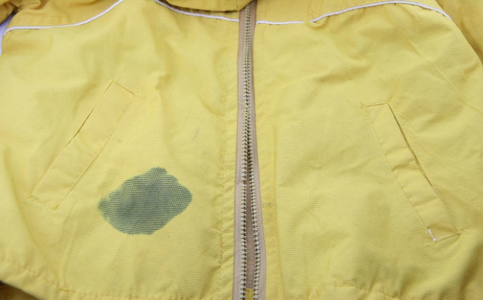 Ужасное пятно на одежде желтого цвета