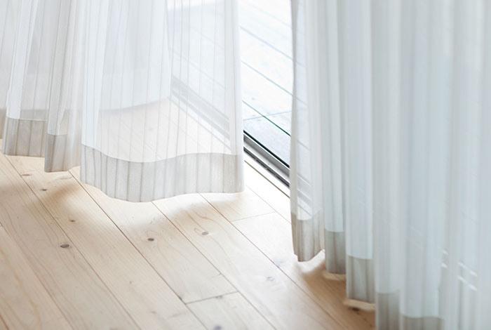 Занавески в комнате белого цвета