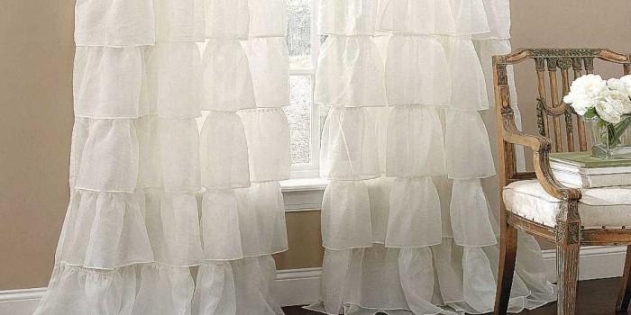 Белые занавески отлично вписались в интерьер комнаты