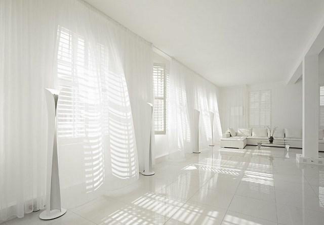 Белый интерьер большой комнаты