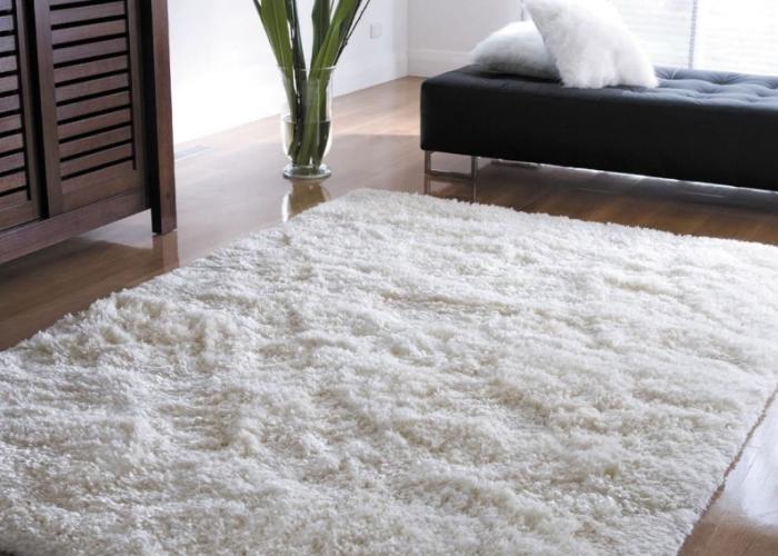 Чистый и белый ковер в комнате