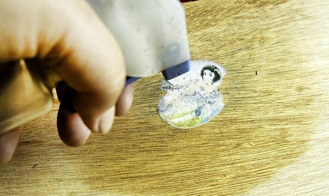 Очищение деревянной поверхности от инородных предметов