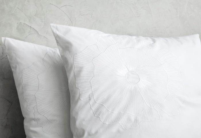 Постельное белье с вышивкой в белом цвете