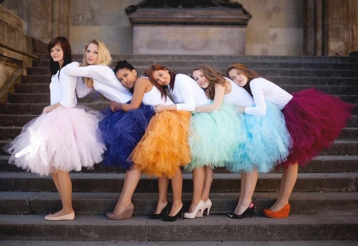 Девушки в пышных юбках