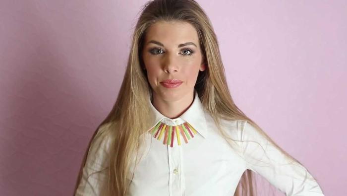 Девушка в стильной белой блузке