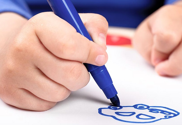 Ребенок рисует маркером