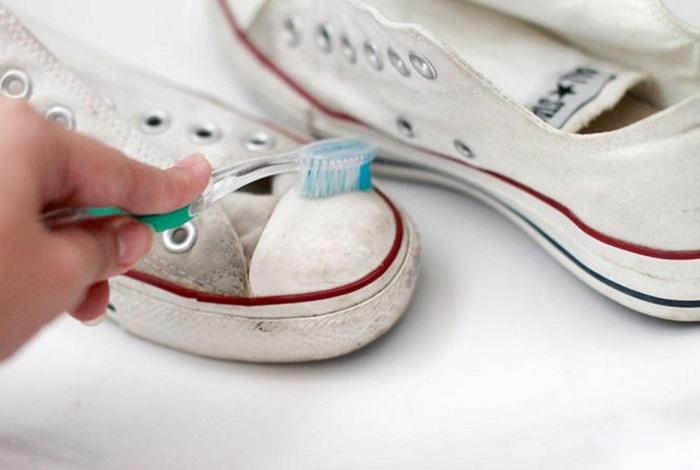 Чистка кед зубной щеткой