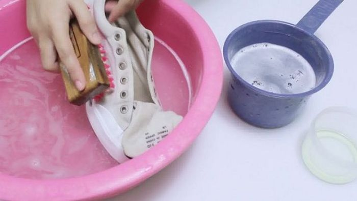 Ручная чистка обуви в тазу