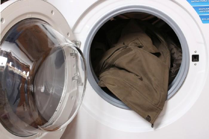 Загрузка куртки в барабан стиральной машины