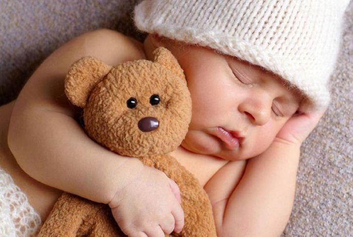 Малыш спит вместе с мягкой игрушкой