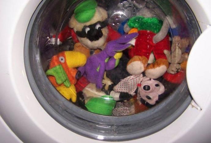 Стиральная машина заполнена игрушками