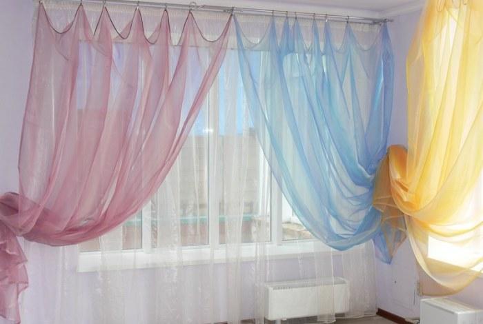 Занавески различных цветов в комнате