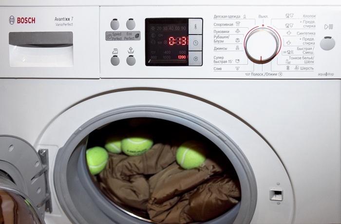Загружаем барабан стиральной машины одеждой