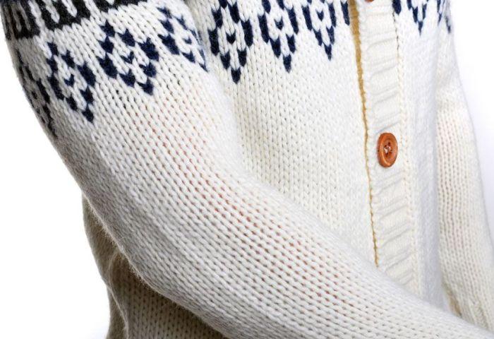 Светлый свитер крупной вязки