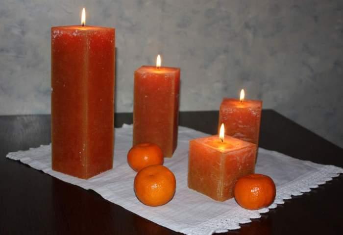 Свечи горят на столе