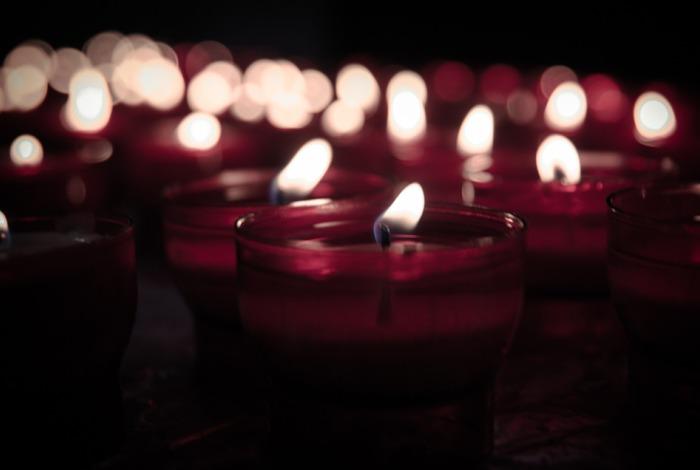 Горящие в большом количестве свечи