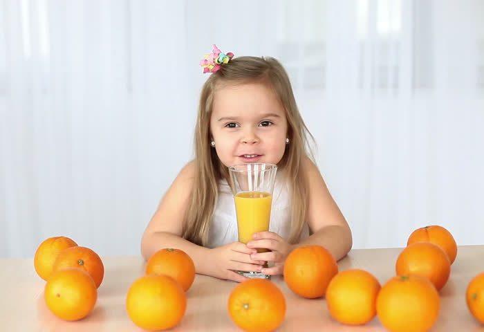 Свежий апельсиновый сок для ребенка