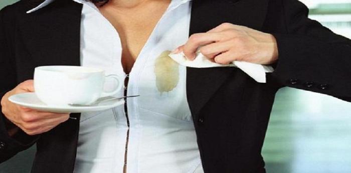 Женщина пролила кофе на белую блузку