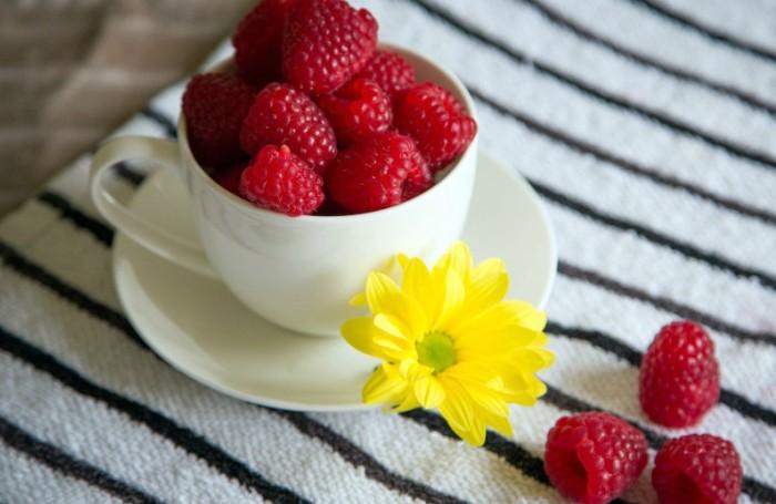 Крупные ягоды малины на завтрак