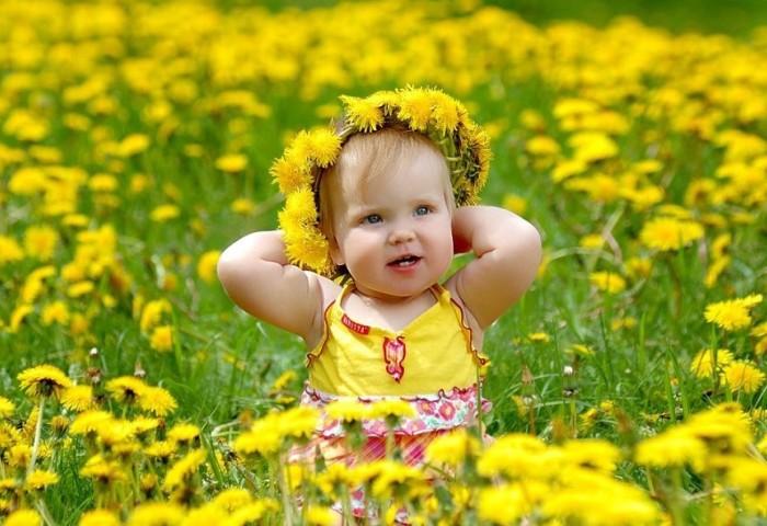 Девочка с одуванчиками