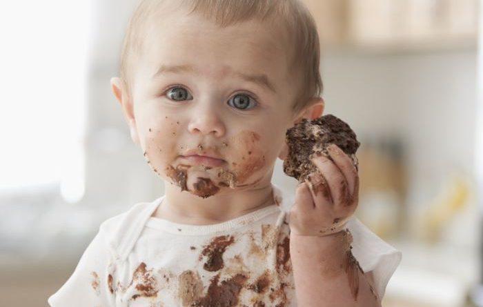 Ребенок кушает сладости
