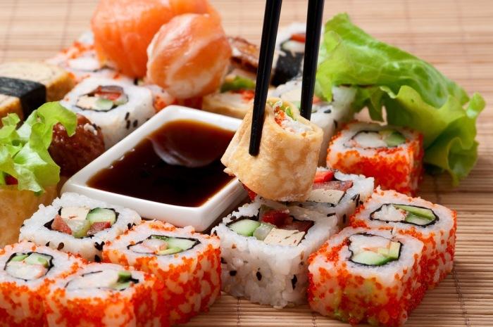 Суши вместе с соевым соусом