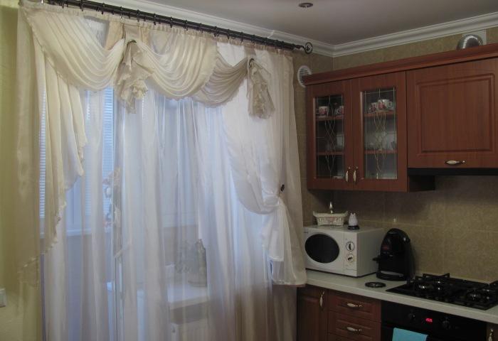 Шикарные занавески на маленькой кухне