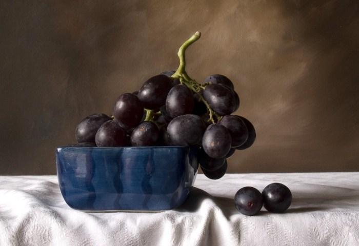 На столе лежит крупный виноград