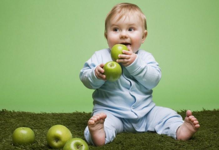 Малыш играетс с яблоками