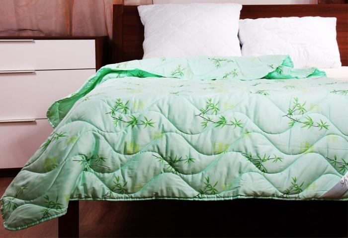 Зеленое бамбуковое одеяло на кровати