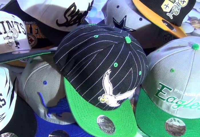 Несколько кепок с различными брендами