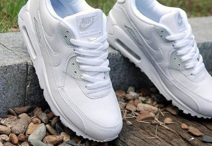 Чистые, новые, белые кроссовки