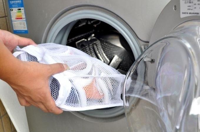 Загрузка кроссовок в барабан стиральной машины