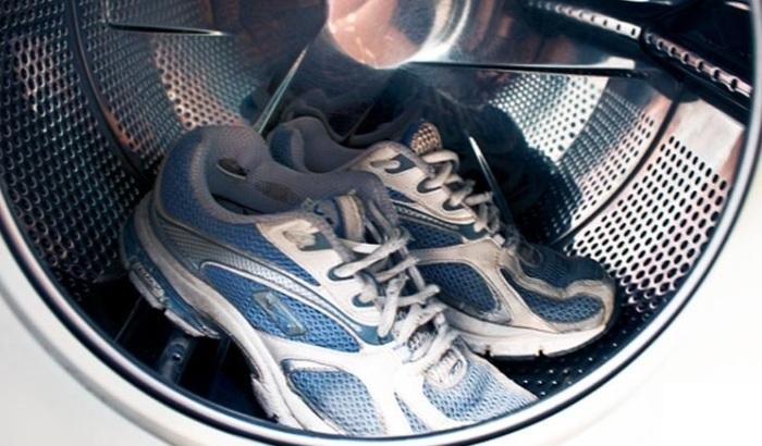 Кроссовки внутри стирального аппарата